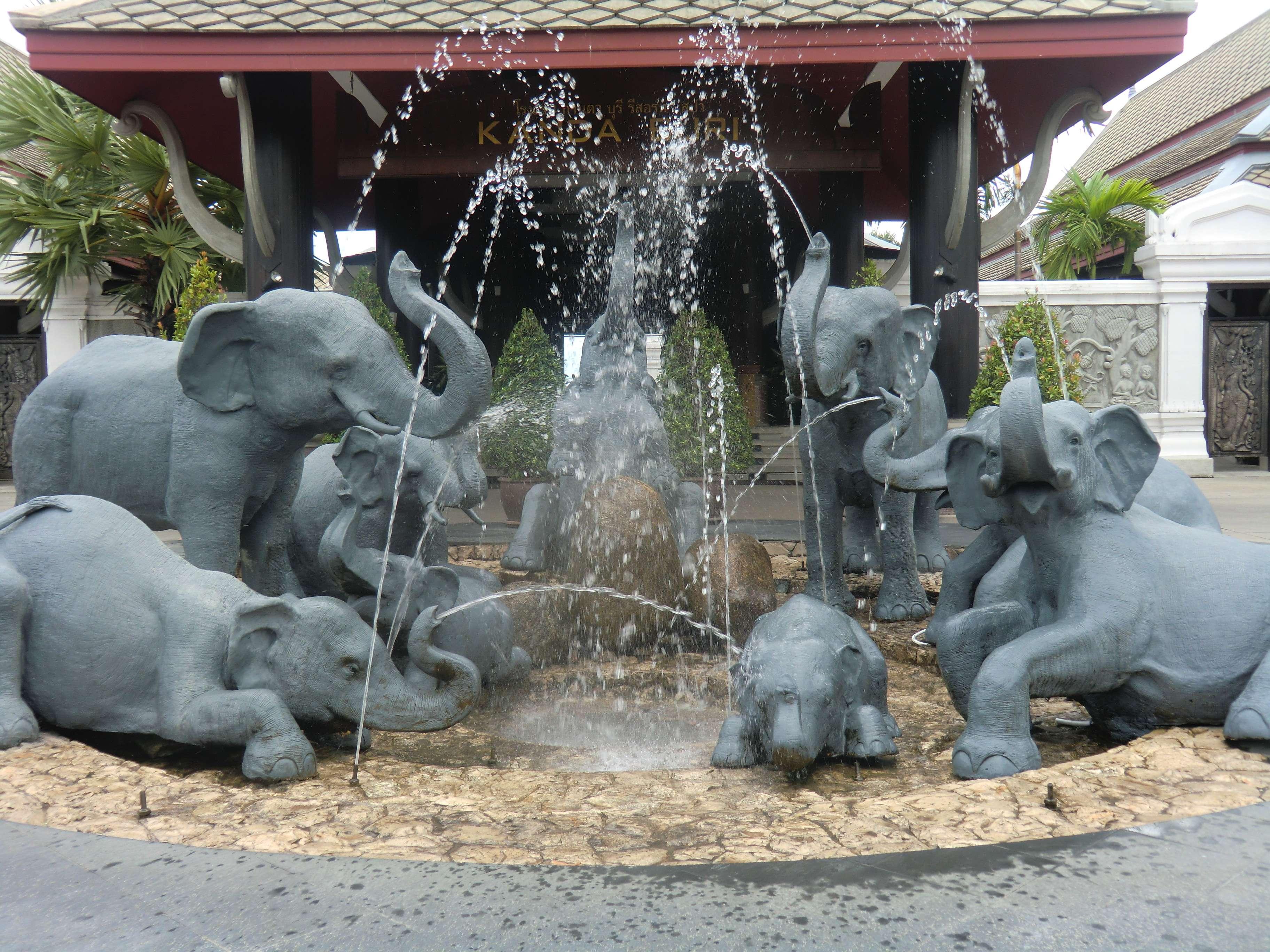 ein hübscher Brunnen vor irgendeinem Hotel